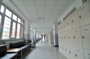 plafon akustik pada ruang kelas sekolah