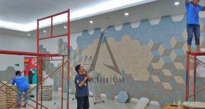 proses pemasangan panel akustik
