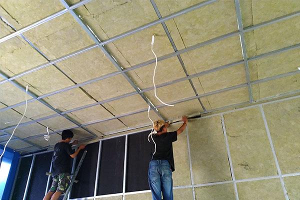 pemasangan peredam suara dinding dan plafon